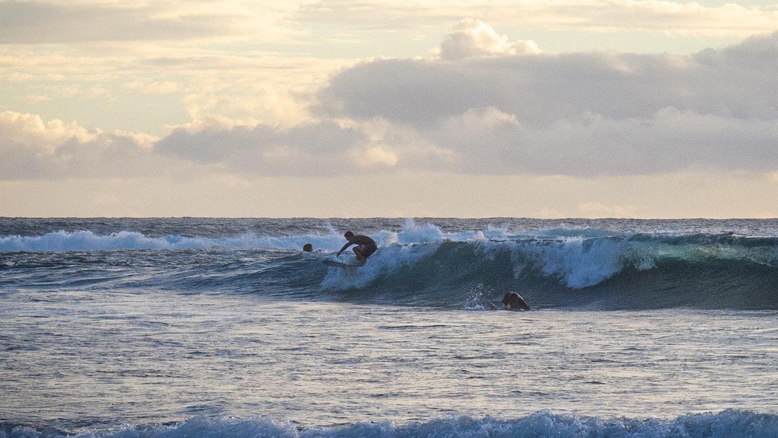 plage étang salé Réunion quelques surfeurs