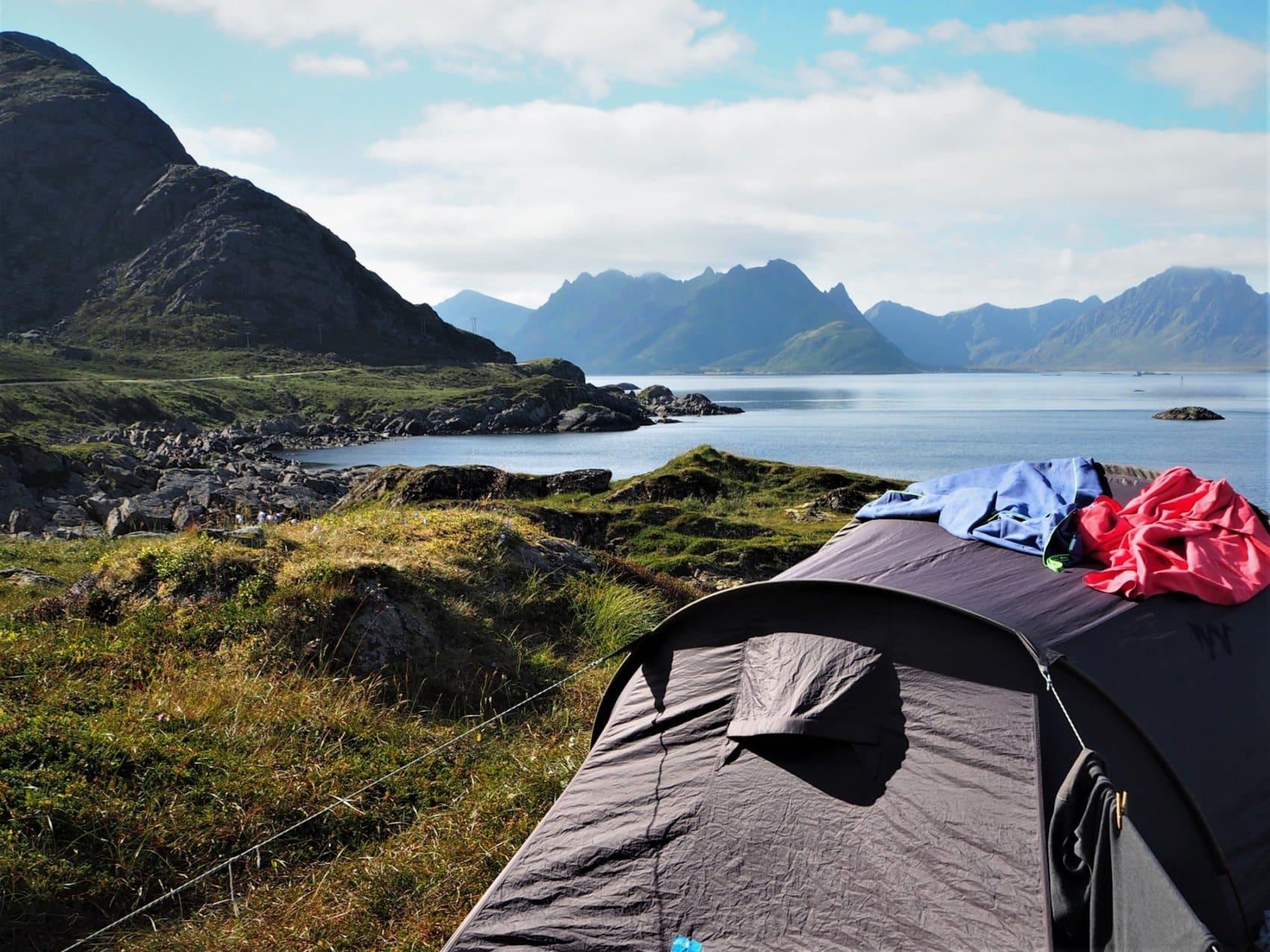 bivouac face à un fjord des Lofoten