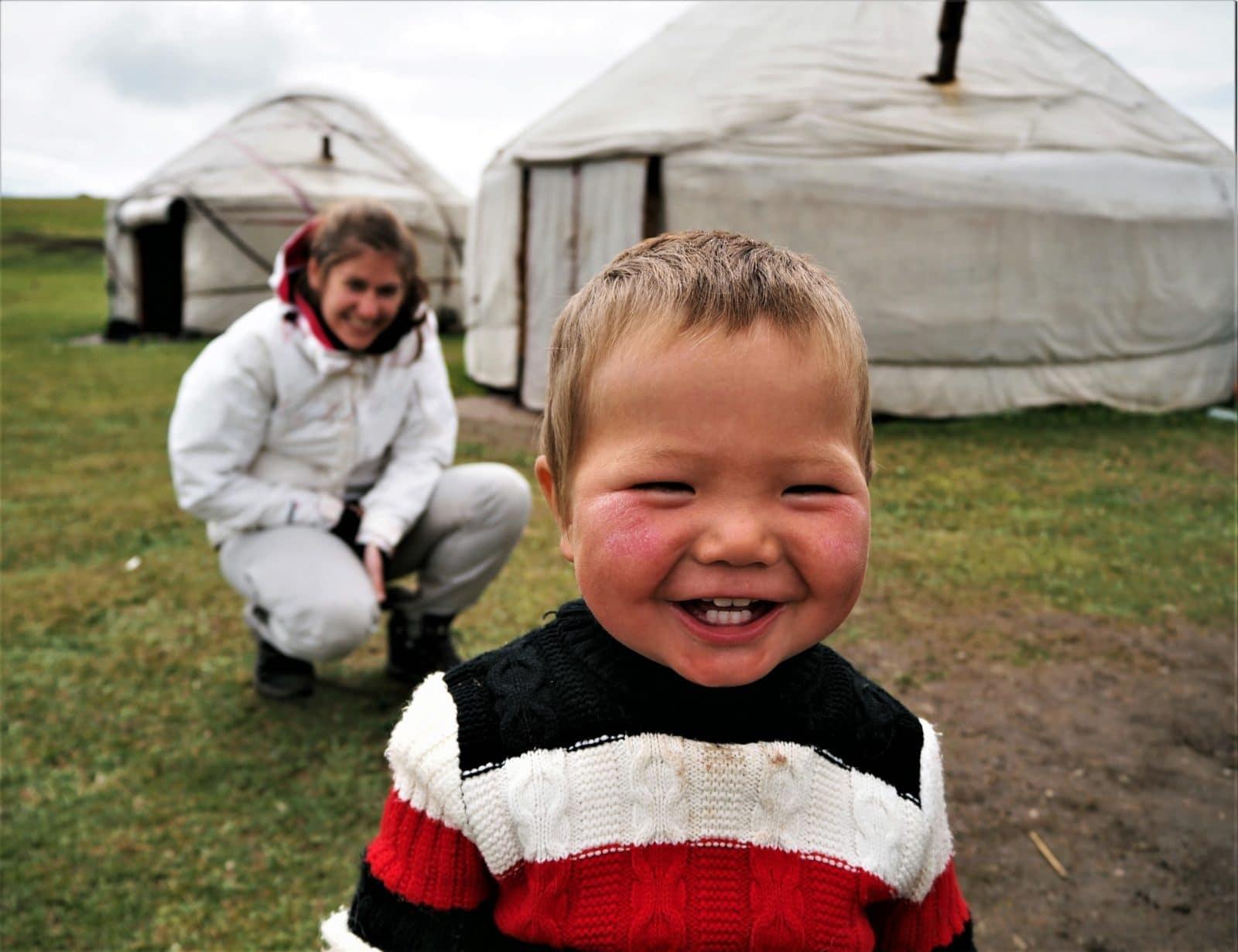 enfant nomade au kirghizistan