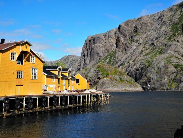 le petit village de Nusfjord, isolé dans un fjord des Lofoten
