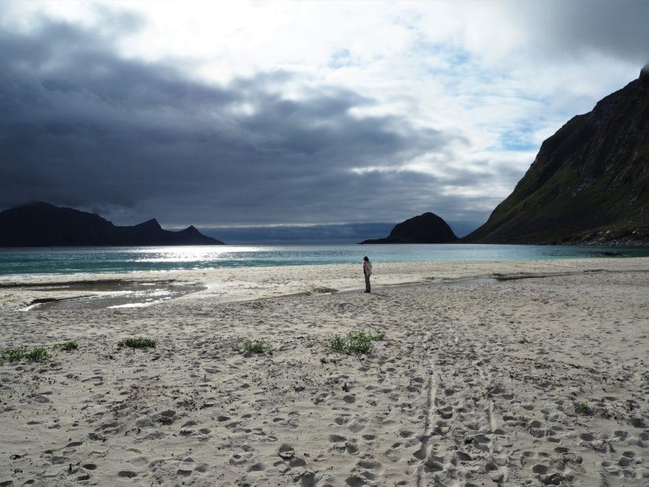 Plage déserte sable blanc fjord lofoten