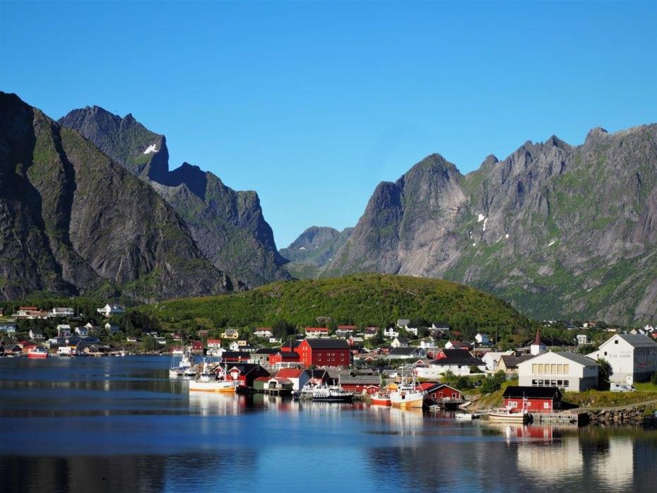 reine, petit village blotti dans un Fjord des Lofoten