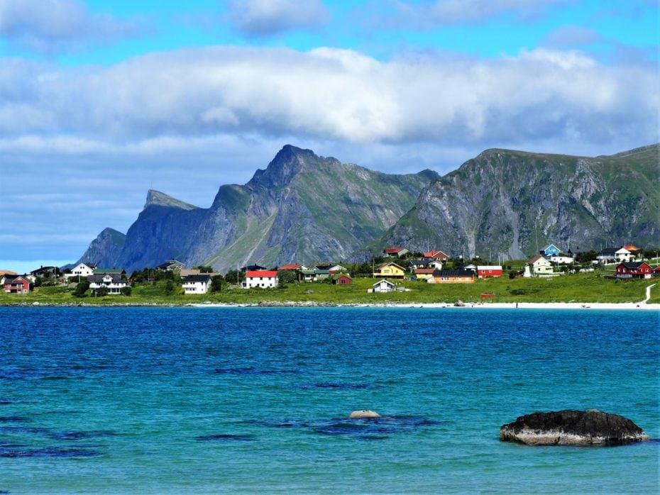 Village et eau turquoise Lofoten