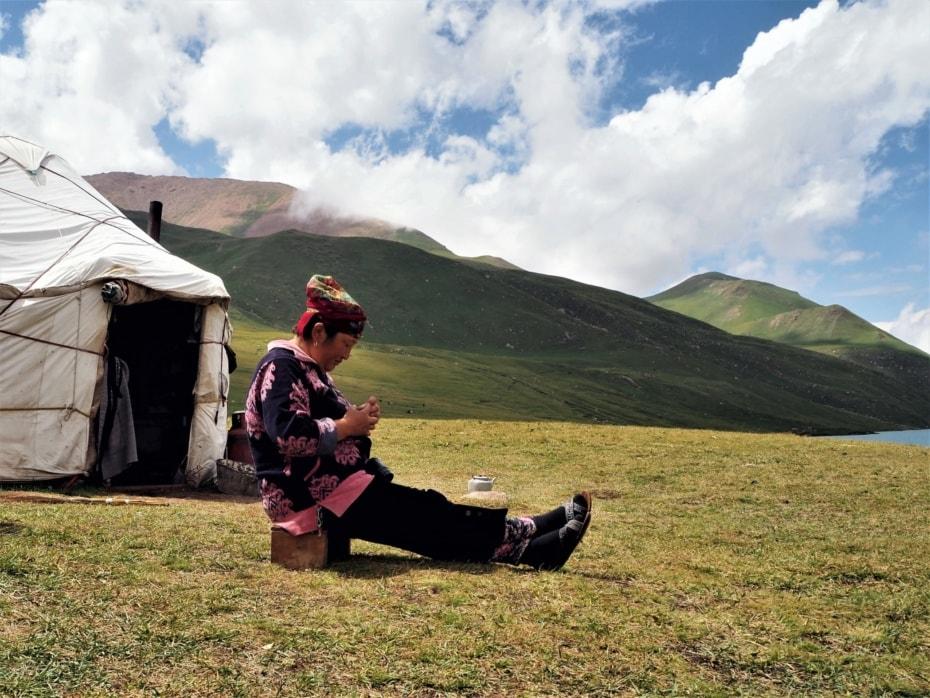 Nomade kirgize face au lac Kol Ukok