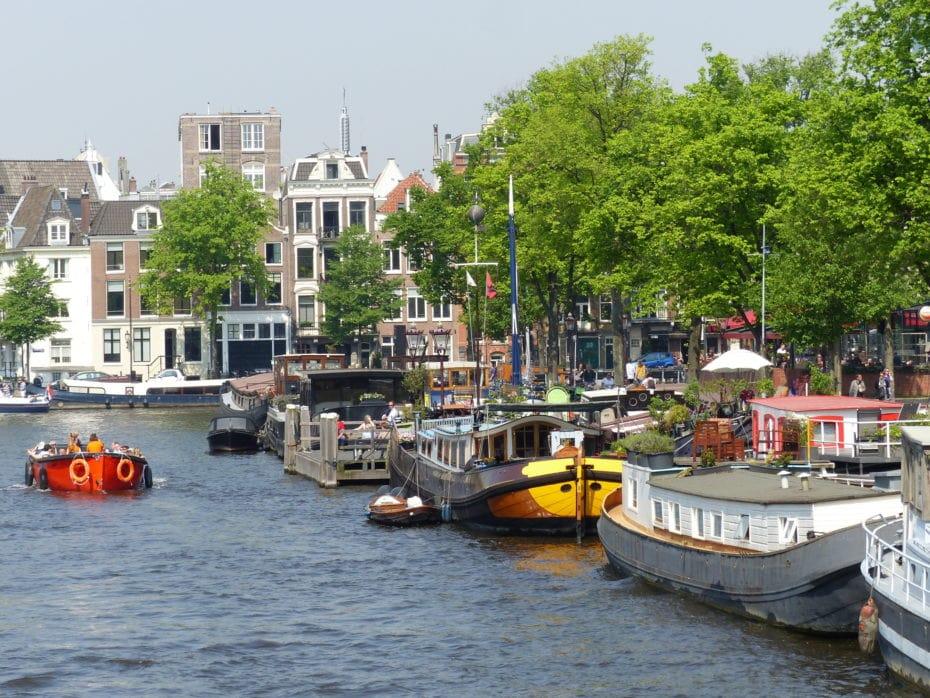 Les bateaux colorés d'Amsterdam