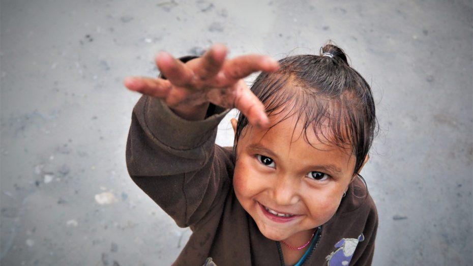 Enfant du népal croisé sur le trek des annapurna