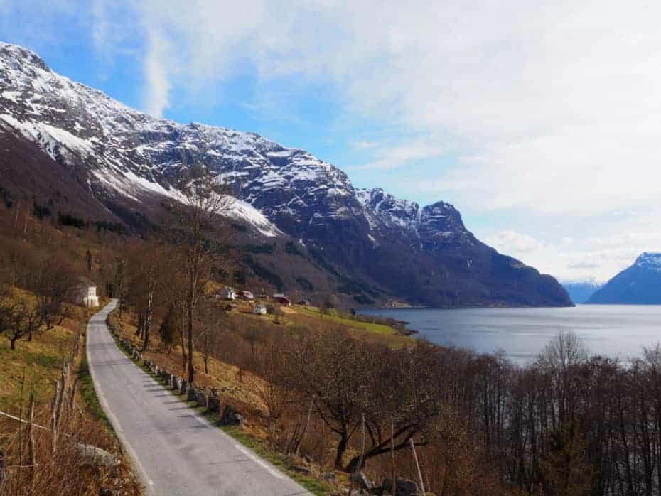 route longeant le Lustrafjord