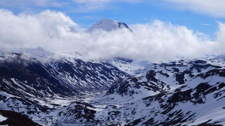 Vue sur les hautes montagnes du parc de Jotunheimen , visible depuis la route du Sognefjell.