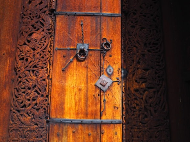 Sculture sur bois de la porte de Urnes