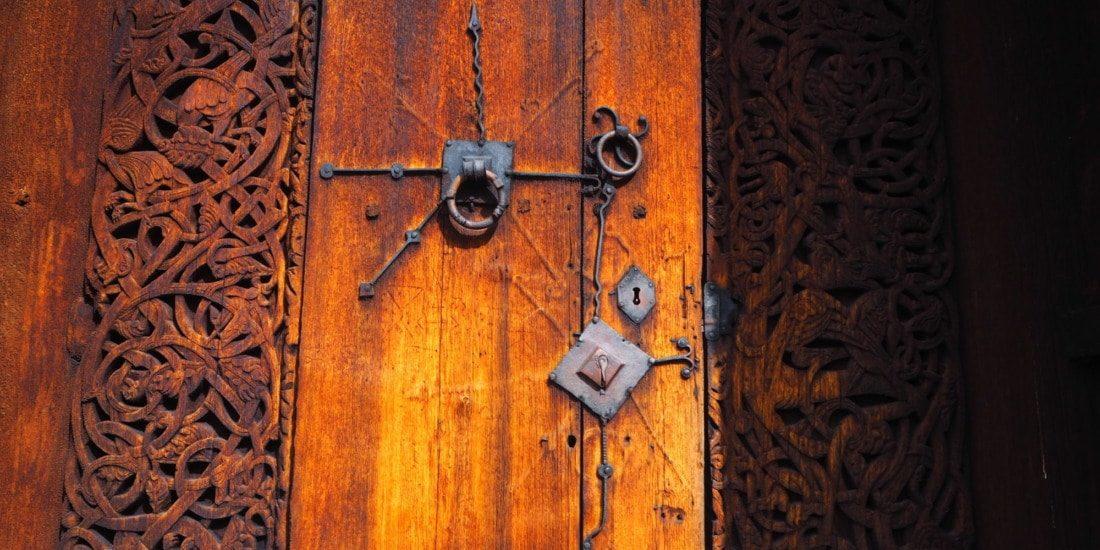 Urnes, Sculture sur bois de la porte de