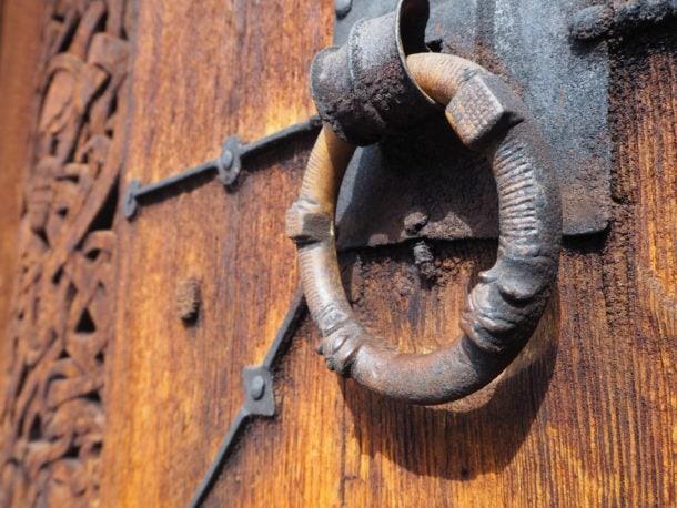 Poignée d'une porte église en bois debout