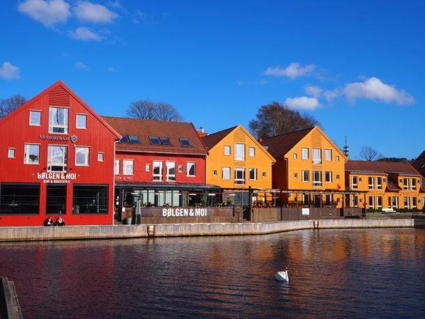 Maisons colorées de Kristiansand et son port.