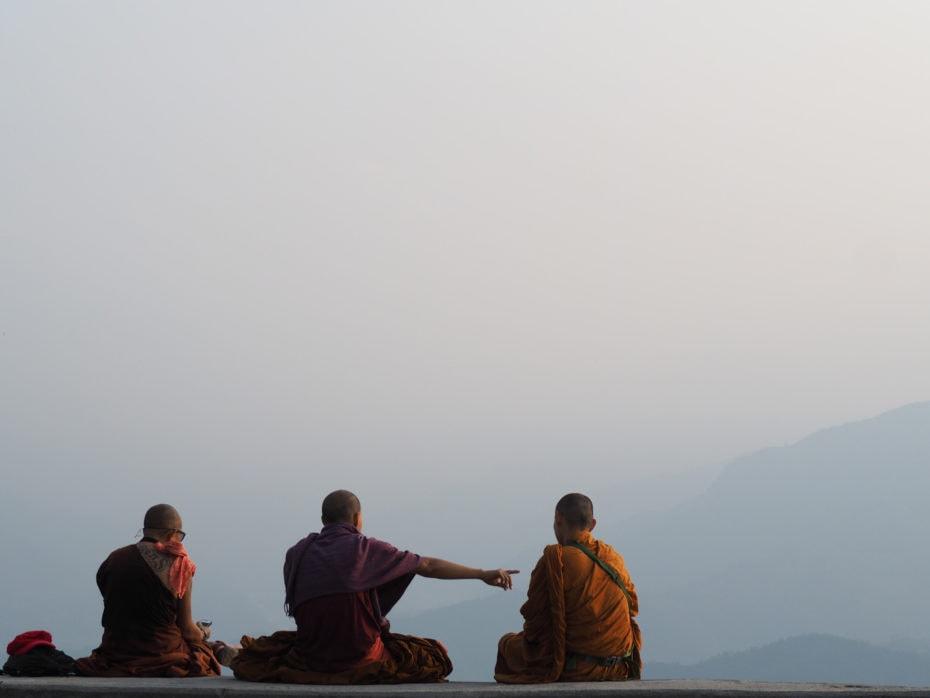 Moines regardant le lever du soleil sur l'Himalaya