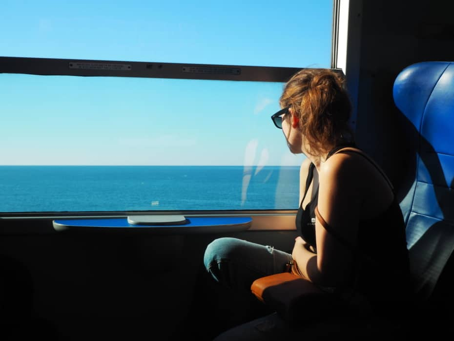 vue sur la Méditerranée, confortablement assis dans le train